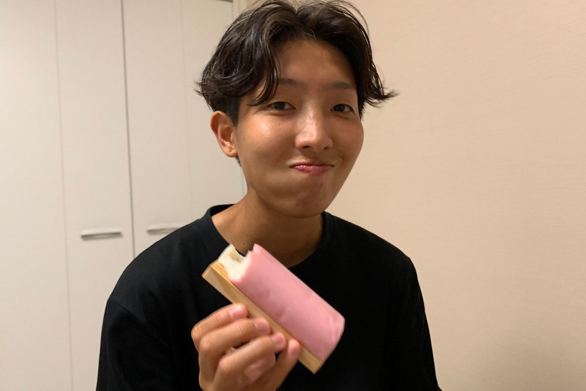 女子サッカー下山田志帆選手かまぼこ食す